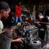 «Jeune fille dans la mécanique» par Baudouin Mouanda»