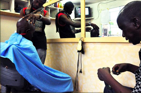 Cedard en train de coiffer un client