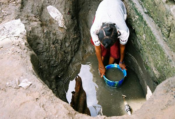 Aurelle évacue l'eau sale pour retrouver le robinet