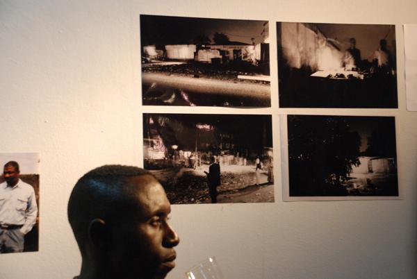 """Arnaud devant les photos d'Emilie exposées à """"Afrikaribu"""""""