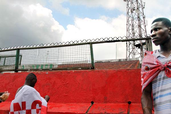 Au stade Raphael les partisans de l'UNC décorent le lieu du meeting de leur candidat, Vital Kaméré