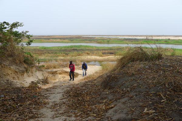 L'île est entourée de marécages, en cette période de fin de saison sèche
