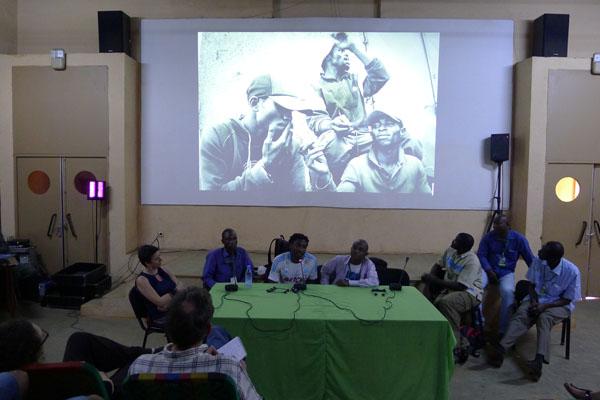 """A l'écran, photo de Rodrig Mbock, série """"Les pousseurs de Bacongo"""""""