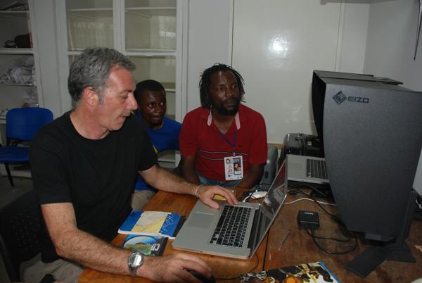 """Notre ami Valloni et un formateur pendant un atelier de """"Afrikaribu"""""""