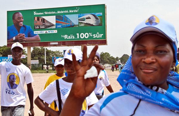 les partisans du président devant un panneau de son projet de société, les cinq chantiers